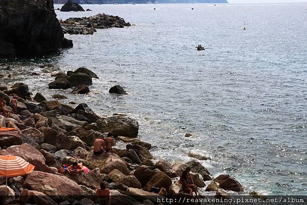 0812 有人趴在凹凸不平的石頭上曬太陽看書 這就是外國人的度假吧