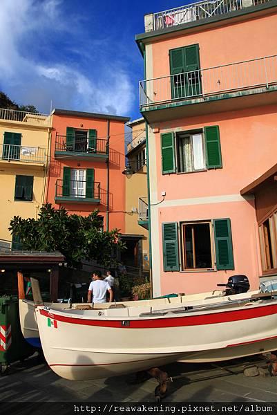 0812 色彩鮮豔的房屋與小船