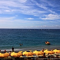 0812 美麗的海邊 排滿了大陽傘 和南義的海邊很像