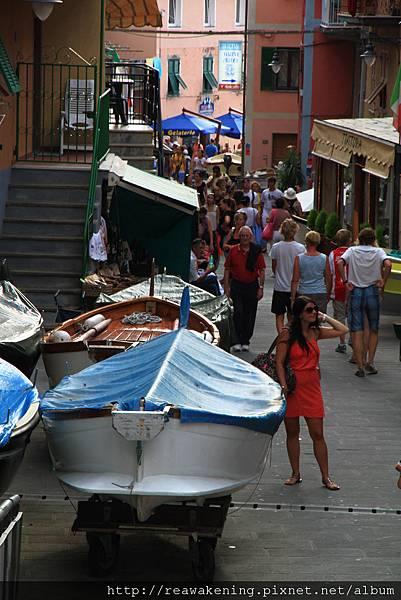 0812 家門口停著一堆小船 感覺隨手一推就可以出海