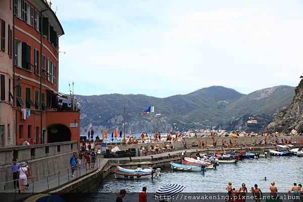 0812 港灣邊停了很多小船 以及大量戲水的外國遊客