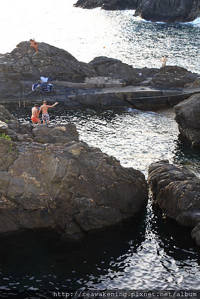 0812 有人聚在大岩石上表演跳水 贏得圍觀者熱烈掌聲