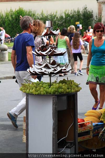 0813 附近小販賣著奇妙的椰子殼 一個要價一歐 神經病