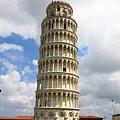 0813 這樣看就不太斜  後來在別的地方也看到斜的塔 覺得義大利的工人施工真是懶惰到一個好笑