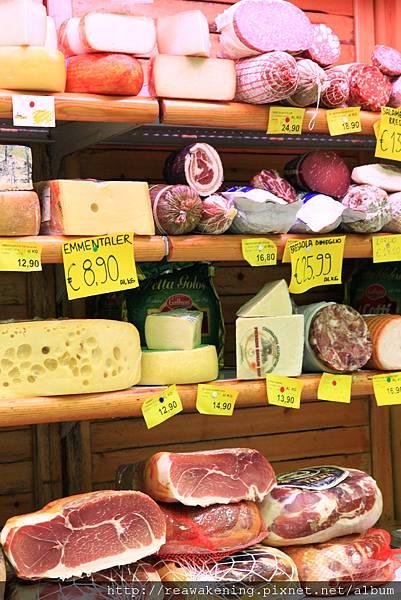 0813 超市裡琳瑯滿目的起司和火腿