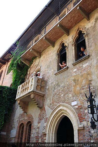 爬上陽台的話 可以像這樣請親朋好友從隔壁幫忙照相.JPG