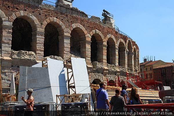 建於一世紀的大型露天廣場 可惜外部整修中.JPG