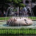 廣場中的公園  有個噴水池.JPG