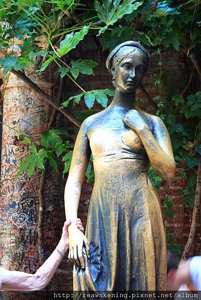 鎮店之寶 茱麗葉的銅像  大家都搶著要摸她的右胸 據說會得到幸福.JPG