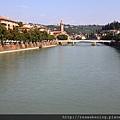 0814 離開旅館不久就來到環繞Verona市中心的阿迪傑河 Fiume Adige