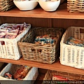 0814 櫥櫃裡滿滿的麵包 是我們窮苦背包客的三餐