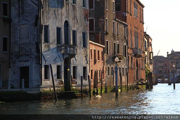 0815 已將近傍晚 陽光大片灑落在老房子和大運河之間