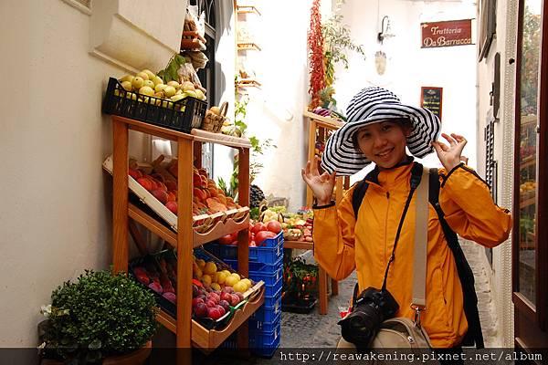 0725 初抵阿瑪菲--好喜歡背後色彩繽紛的水果店