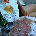 今日野餐內容 火腿 洋芋片與第 n 罐海尼根.JPG