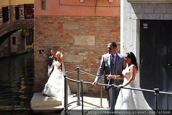 兩對新人一起拍 攝影師好忙碌 一邊請路人閃邊 還要顧拍照.JPG