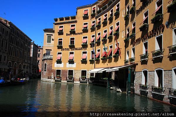 逃離熱鬧的廣場 我們路經水邊的飯店.JPG