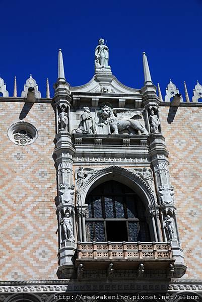 聖馬可廣場 上面有威尼斯的代表物 長翅膀的獅子.JPG