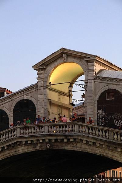 聖雷雅托橋 要在這裡等待威尼斯的夜景.JPG