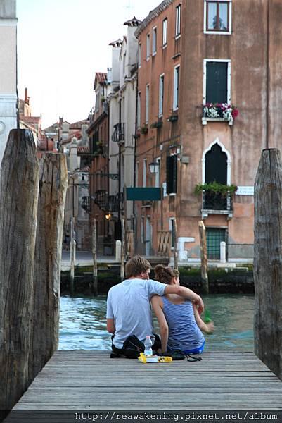 碼頭邊坐了小情侶 被他們佔去最好的位子 但算囉 給兩人世界浪漫吧.JPG
