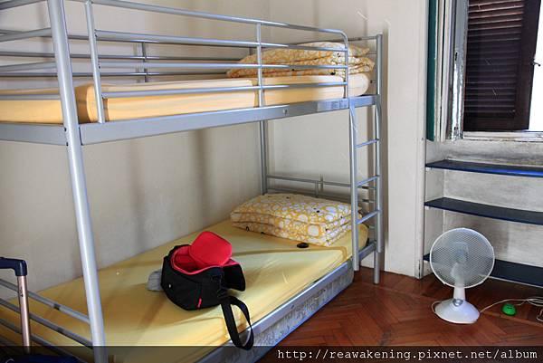 旅伴睡這裡 米蘭好悶熱.JPG