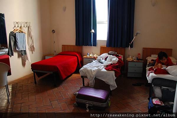 0803 凌亂的房間 和趴在床上研究路線的我