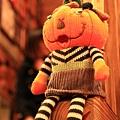 120126 坐在樓梯上的南瓜娃娃