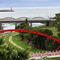 111010 霧氣中紅色的吊橋更顯鮮艷