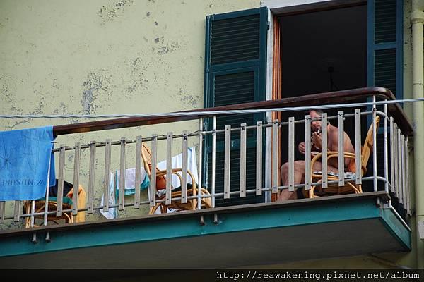 0812 Manarola 陽台上打赤膊唱歌的大哥