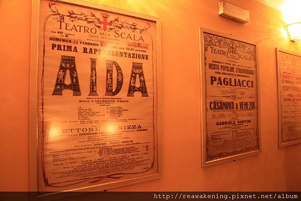 有許多舊時歌劇演出的海報