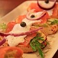 120916 非常好吃的開胃菜--燻鮭綠捲酸豆麵包