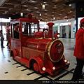 竟然還有神奇的小火車在站內大廳裡跑