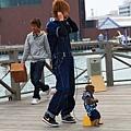 還有街頭藝人帶著猴子玩