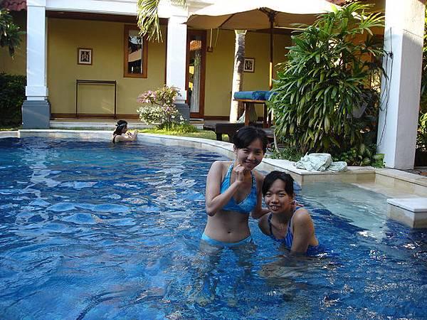 在庫塔villa的私人游泳池裡游泳~~
