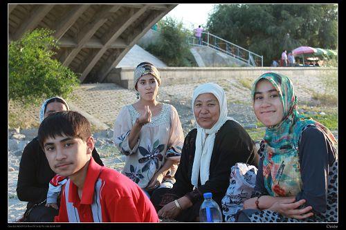 橋下的一家人 大方地讓人拍照
