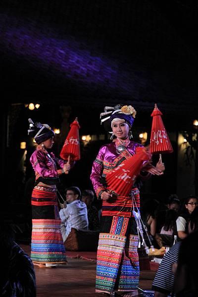 0123這位紅傘姑娘挺美的