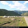 我們住的旅館區對面 有一整排蒙古包