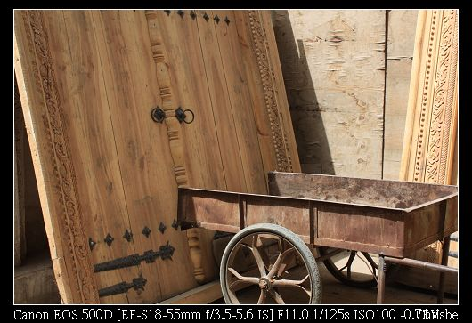 尚未完工的門和手推車