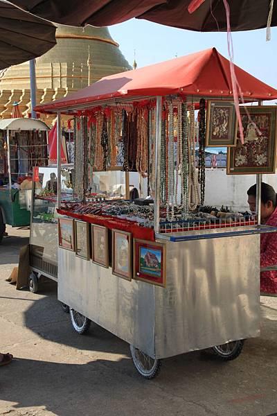 門口有許多賣飾品的小攤子