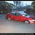1021路中間擱淺的紅色車子