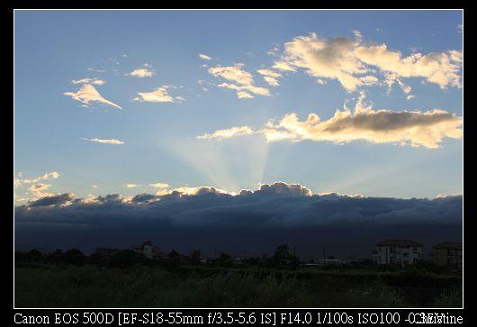 雲層厚透出夕陽的光芒