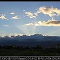0908雲層厚透出夕陽的光芒