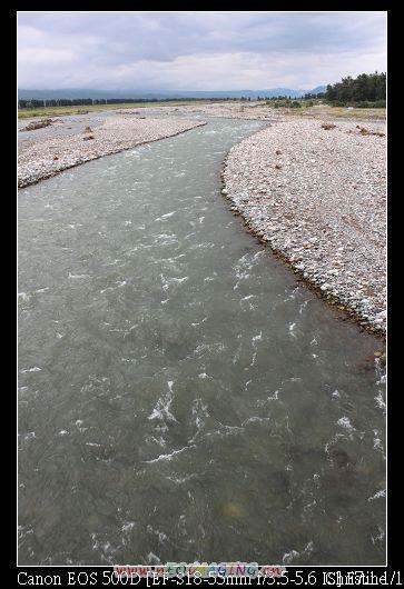 河水看起來很冷