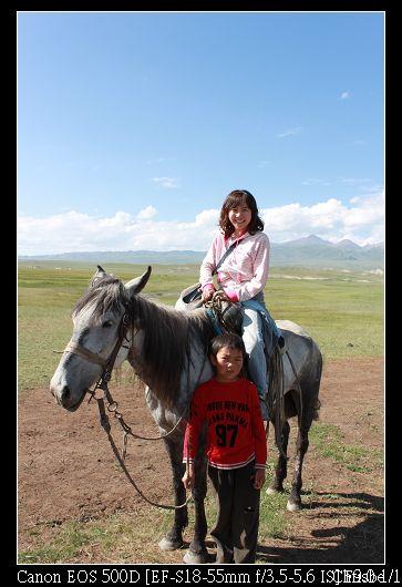 幫我牽馬的是蒙古族的小妹妹  一個人牽兩匹好厲害