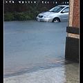 1021停在對面的車快被淹了