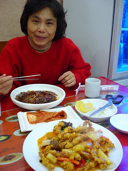 仁寺洞的午餐--炸醬麵與糖醋肉