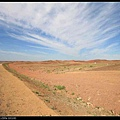 路邊一片紅土沙漠