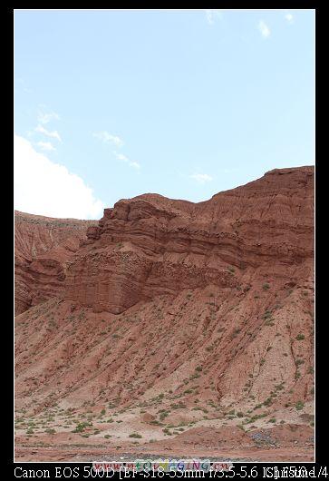 路邊開始出現紅色的山
