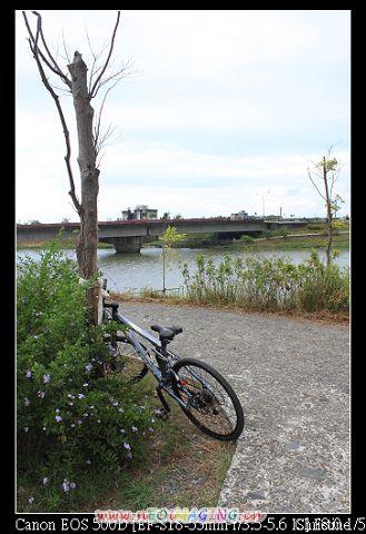 終於找到河畔自行車道的入口