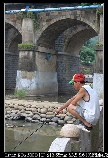 橋下有人在釣魚
