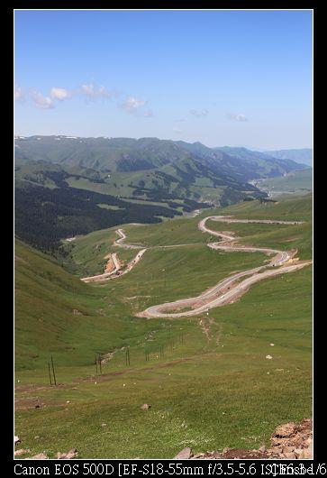 公路在草原間蜿蜒而上3